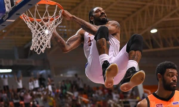 Renaldo Balkman makes basket